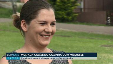 """""""Estava com fome"""", diz mulher multada por comer coxinha enquanto dirigia, em Ponta Grossa - Um policial viu que ela passava maionese no salgado e dirigia sem as mãos no volante."""