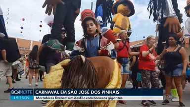 Carnaval em São José dos Pinhais tem desfile de bonecos gigantes - Foliões foram às ruas na tarde deste sábado.