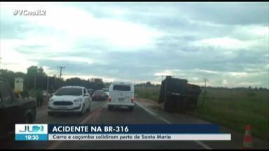 Acidente entre carro e caçamba é registrado na BR-316 - Colisão ocorreu no km 48 da rodovia, perto de Santa Maria do Pará.