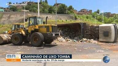 Caminhão de lixo vira na Avenida 29 de Março, em Salvador - O acidente aconteceu nesta segunda-feira (17).