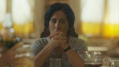 Lola tenta se manter forte diante de Alfredo - Ele aproveita o café da manhã junto à família e Lola pede que ele tenha juízo