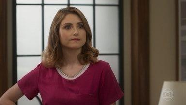 Petra acha que Kyra/Cleyde está de olho em patrimônio de sua família - Kyra fica nervosa e decide ligar para Alexia