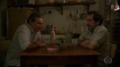 Oliveira e Januário fazem um pacto - Magno conta para Lurdes que viu o garçom andando pelo bairro