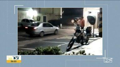 Homem derruba portão de condomínio após brigar com companheira em São Luís - Flagrante foi gravado por moradores que ficaram assustados com a reação do homem, identificado até agora apenas como Emanoel.