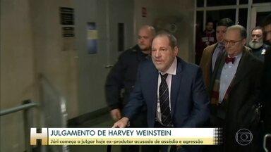 """Começa hoje júri que vai decidir o futuro de Harvey Weinstein - Ex-produtor de Hollywooda é acusado de assédio. Denúncias de mulheres assediadas por ele deram início ao movimento """"Me Too""""."""