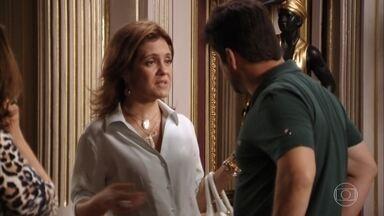 Carminha diz a família que Nina está aprontando alguma - A família acha que Carminha está paranóica