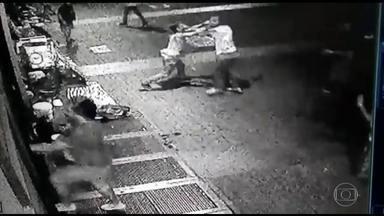 Homem morre esfaqueado após briga de rua em Belo Horizonte - Crime aconteceu numa praça no Centro da cidade e foi registrado por câmeras de segurança.