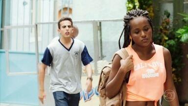 Marquinhos faz fofoca de Celso para Paula - O rapaz vai atrás da ex-aluna para contar que Celso namora Jaqueline
