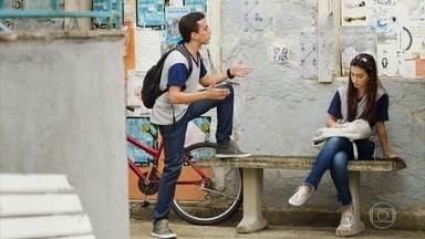 Marquinhos diz a Diana que tem um trunfo para ganhar as eleições - O aluno quer usar a história de Celso com Paula para desmoralizar o professor