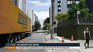 Caminhão arrebenta fiação e derruba poste em Curitiba - Acidente foi na Visconde de Guarapuava.