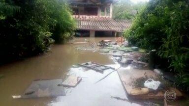 Dez dias após temporal, quem vive às margens do Tietê tenta voltar à rotina - Bairro de Araçariguama, a 50 quilômetros de São Paulo, ficou debaixo d'água. Mais de cem famílias ficaram ilhadas.