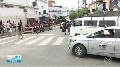 Rua 15 de Novembro é interditada e trânsito fica complicado durante esta sexta (21) - População também reclamou da dificuldade para pegar ônibus coletivo.