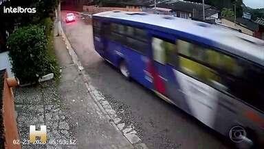 Homem sequestra ônibus com 5 passageiros em São Paulo - Testemunhas disseram que ele estava alterado e saiu dirigindo em alta velocidade. Foi perseguido por um carro de polícia por mais de 10 quilômetros