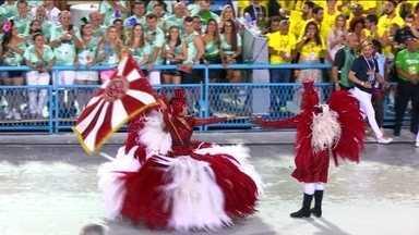 Primeiro casal do Salgueiro homenageia mestres de cerimônia de circos em fantasias - Casal de mestre-sala e porta-bandeira são Sidclei Santos e Marcella Alves. É o oitavo ano deles na agremiação.