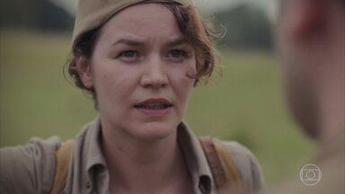 Adelaide consegue ir para o campo de batalha - Tentam impedi-la, mas ela mostra a licença e consegue passar