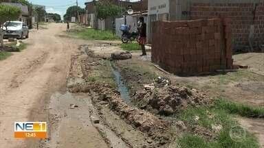 Buracos, lixo e água suja causam transtornos para moradores de Paulista - Quem mora na Rua Marrocos, no Loteamento Conceição, reclama da situação.