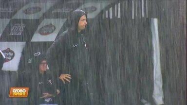 Em noite de muita chuva, Corinthians empata com o Santo André - Em noite de muita chuva, Corinthians empata com o Santo André