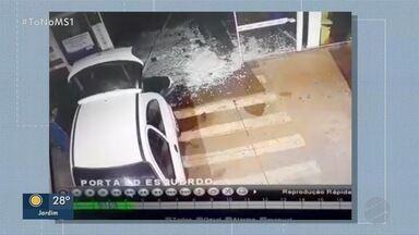 Bandidos usam carro para roubar cofre de supermercado em Dourados - Câmeras mostram ladrões fugindo levando cofre de comércio.
