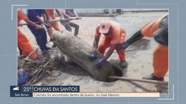 Entulhos aumentam alagamentos em Santos - Durante limpeza um colchão foi encontrado dentro de bueiro, no José Menino.