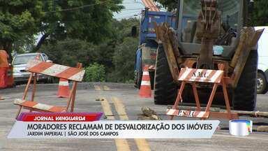 Moradores reclamam de transtornos causados por cratera no Jardim Imperial em São José - Confira a reportagem.