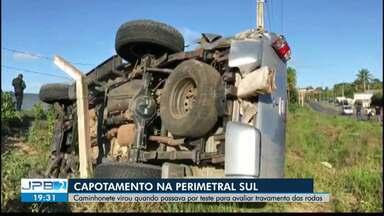 JPB2JP: Caminhonete virou quando passava por teste para avaliar travamento das rodas - Acidente na Perimetral Sul.