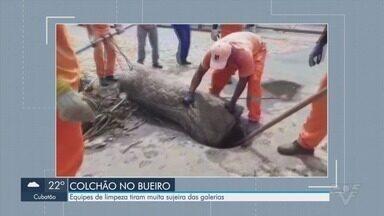 Após chuvas, equipes de limpeza tiram sujeira das galerias em Santos - Entulhos também podem causar enchentes.