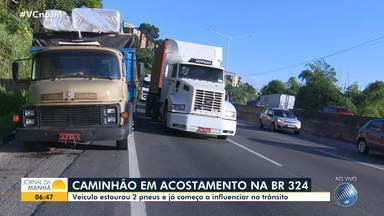 Caminhão tem três pneus estourados e causa engarrafamento na BR-324 - O veículo está no acostamento, mas a situação causa impacto no fluxo da rodovia.