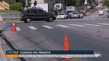 Bombeiros vão fazer a limpeza da avenida Toaldo Túlio que está com óleo na pista - É preciso muito cuidado ao trafegar pela região.