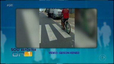 Motoristas imprudentes estacionam veículos em ciclofaixa na Estrada da Banana - Confira no quadro 'Sou Repórter GR1'.