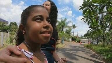 Mulher doa parte do fígado para criança com doença grave em Jundiaí - O TEM Notícias conta a história de Mikaela e Tiane. Depois de descobrir uma doença grave, um ato de amor de Tiane salvou a vida de Mikaela, uma menina de 10 anos que tinha uma doença rara no fígado. A tia de Mikaela disse no trabalho que a sobrinha estava com uma doença muito grave e Tiane resolveu ajudar doando parte do fígado dela para a menina.