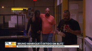 Jogador Bruno Henrique é detido em blitz - Atacante rubro-negro apresentou carteira que será periciada.