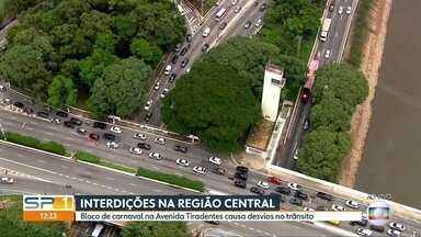 Trânsito tem Interdições na região central da capital por causa dos blocos de carnaval - Motoristas não podem acessar a Ponte das Bandeiras e a avenida Tiradentes. Desvios causam lentidão.