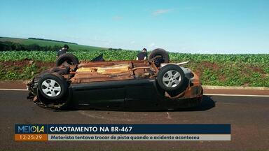 Mulher fica ferida em capotamento na BR-467 - O acidente foi na manhã deste sábado, quando a motorista de um dos carros tentava mudar de pista.