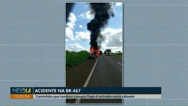 Caminhão que pegou fogo na BR-467 é retirado da rodovia - Acidente aconteceu na tarde de sexta-feira (28). Uma das pistas ficou interditada.