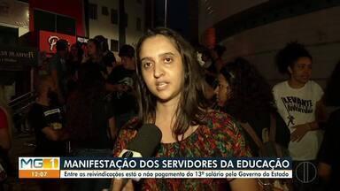 Servidores da educação fazem protesto em Montes Claros - Manifestantes saíram pelas ruas do Centro com cartazes.