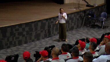 Concessionária de energia do Alto Tietê treina funcionários para combater Aedes Aegypti - Encontro foi realizado no auditório do Cemforpe em Mogi das Cruzes. Ao todo, 140 leituristas participaram da capacitação.