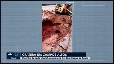 Cratera se abre na Avenida José Bueno de Paula após forte chuva em Campos Altos - De acordo com a assessoria da Prefeitura, uma manilha de rede pluvial não aguentou o volume de água e estourou.
