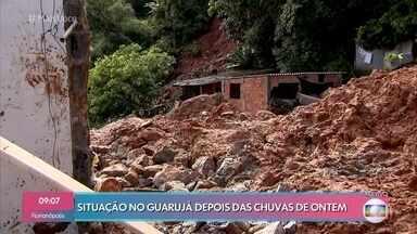 Bombeiros seguem no trabalho de resgate após chuvas no Guarujá - 19 pessoas morreram na baixada santista e outras dezenas ainda estão desaparecidas. Em Santos, uma pedra muito grande ameaça desabar no morro do Tetéu