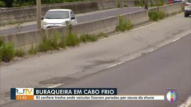 Vídeo flagra carros parados por causa de buracos e alagamento em Cabo Frio, no RJ - Fila com 17 carros pararam na ponte Wilson Mendes, que liga São Pedro da Aldeia à Cabo Frio.