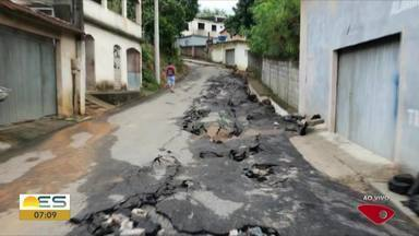 Asfalto é levado pela água da chuva em Nova Valverde, em Cariacica - Rua vai precisar de obra de reconstrução.