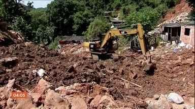Chega a 42 o número de mortos na Baixada Santista por causa dos temporais - Trinta e seis pessoas permanecem desaparecidas em Guarujá. Em Santos e em São Vicente, os trabalhos de busca foram encerrados.