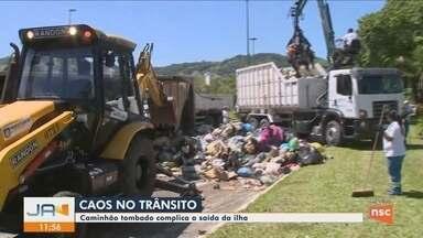 Caminhão tomba e causa congestionamentos no trânsito em Florianópolis - Caminhão tomba e causa congestionamentos no trânsito em Florianópolis
