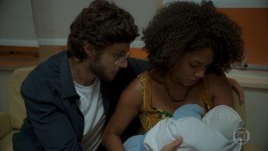 Camila não consegue amamentar seu bebê - Danilo e Lurdes convencem a professora a deixar que Thelma amamente o neto