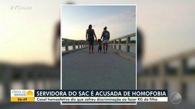 Servidora do SAC é suspeita de homofobia contra casal de mulheres - Casal homoafetivo sofreu preconceito ao fazer RG do filho.