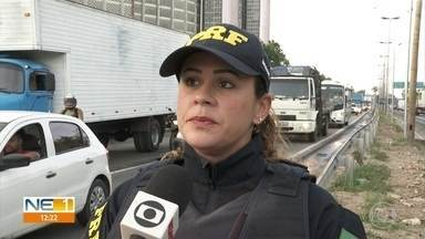 Fiscalização da PRF apreende 38 veículos de transporte escolar em Pernambuco - Ao todo, 185 vans e ônibus foram fiscalizados no estado pela Polícia Rodoviária Federal, que encontrou várias irregularidades.
