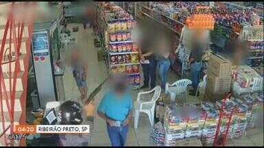 Idoso pede licença pra bandido e sai de supermercado com tranquilidade, no interior de SP - As imagens mostram o momento em que três criminosos entram num supermercado, em Ribeirão Preto, anunciando o assalto.