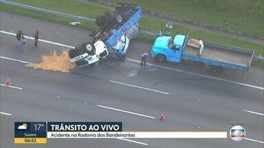 Caminhão capota na Rodovia dos Bandeirantes - Acidente interdita duas faixas da rodovia, no sentido interior