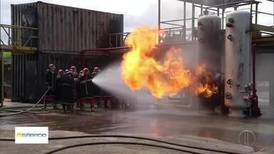 'Vai Encarar?': Gustavo Garcia participa de treinamento de combate a incêndio avançado - O curso é comum para quem faz embarque ou trabalha em plataformas offshore.