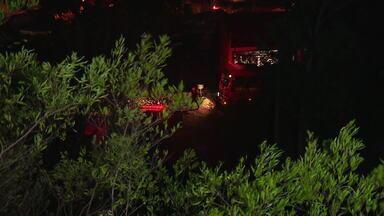 Incêndio de grandes proporções atinge vegetação no Morro Santana, em Porto Alegre - De acordo com o Corpo de Bombeiros, ninguém ficou ferido. Fogo começou no início da noite de sábado (14) e foi controlado após as 23h.