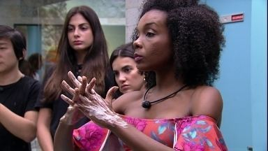 Thelma e Marcela ensinam os brothers a lavarem as mãos - Thelma e Marcela ensinam os brothers a lavarem as mãos